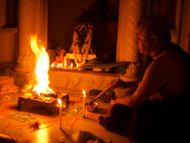 Brahmana_performing_fire_sacrifice